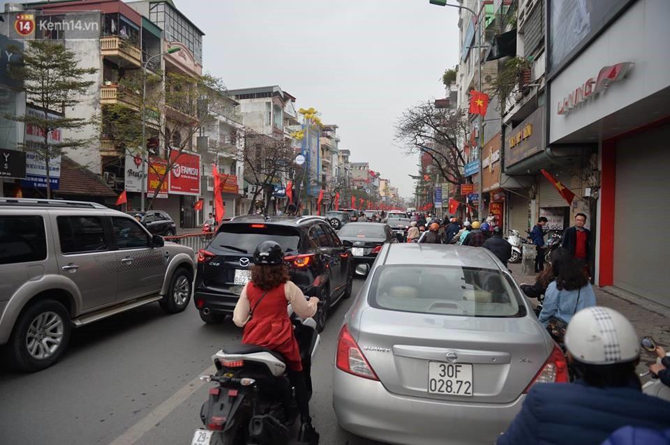 Chùm ảnh: Sau buổi sáng mưa phùn và yên ả, Hà Nội lại trở nên đông đúc như ngày thường 1