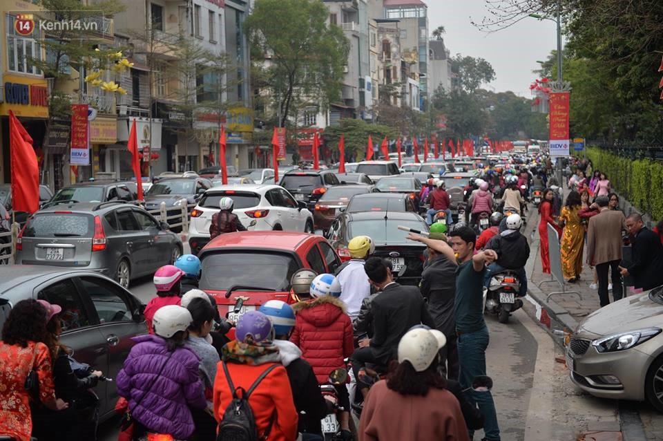 Chùm ảnh: Sau buổi sáng mưa phùn và yên ả, Hà Nội lại trở nên đông đúc như ngày thường 2