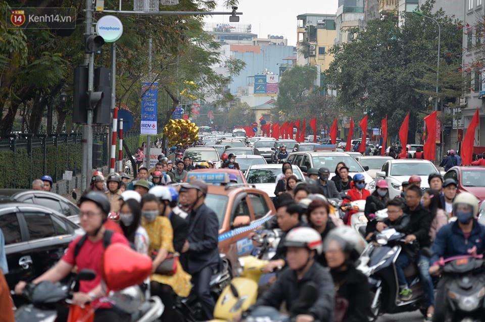 Chùm ảnh: Sau buổi sáng mưa phùn và yên ả, Hà Nội lại trở nên đông đúc như ngày thường 5
