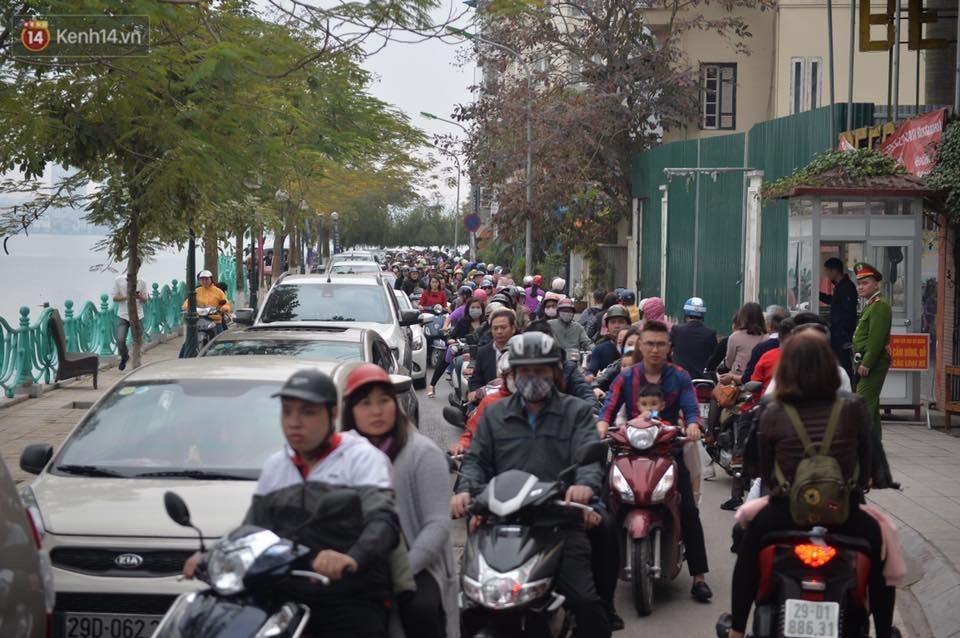 Chùm ảnh: Sau buổi sáng mưa phùn và yên ả, Hà Nội lại trở nên đông đúc như ngày thường 6