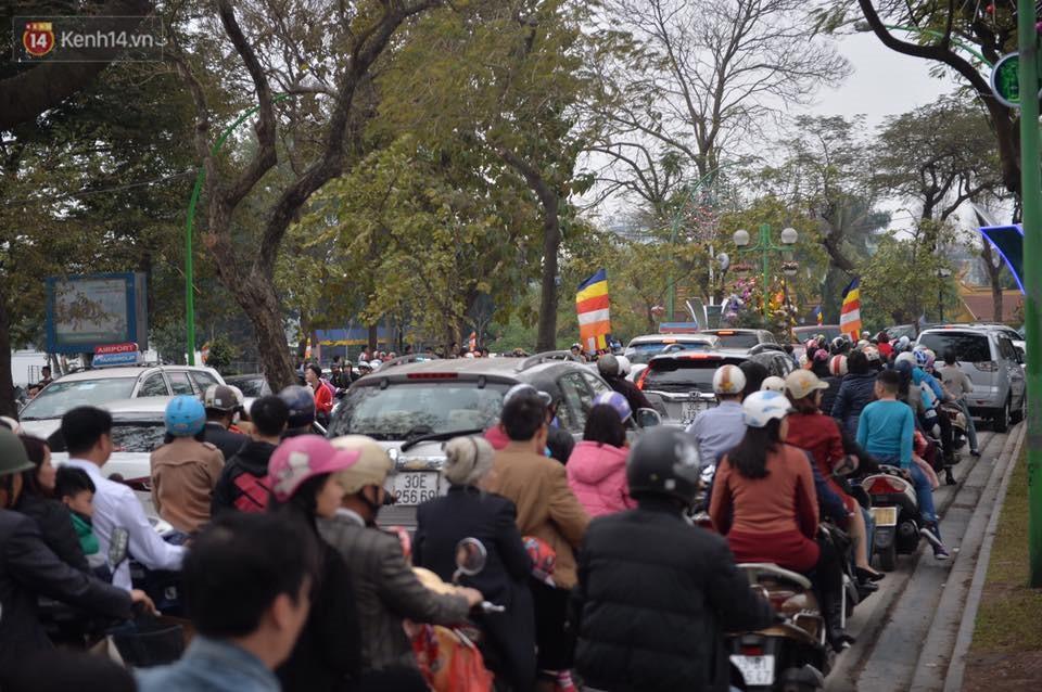 Chùm ảnh: Sau buổi sáng mưa phùn và yên ả, Hà Nội lại trở nên đông đúc như ngày thường 7