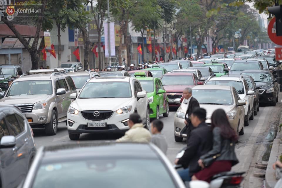 Chùm ảnh: Sau buổi sáng mưa phùn và yên ả, Hà Nội lại trở nên đông đúc như ngày thường 9
