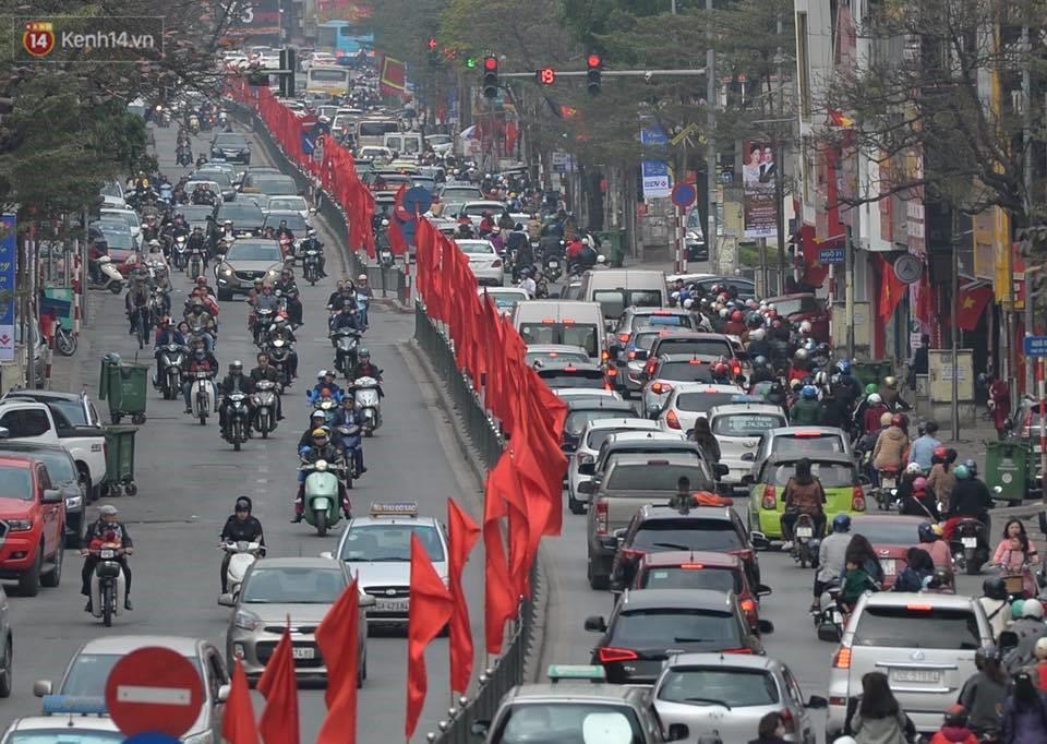 Chùm ảnh: Sau buổi sáng mưa phùn và yên ả, Hà Nội lại trở nên đông đúc như ngày thường 10