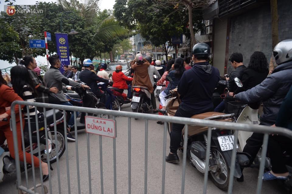 Chùm ảnh: Sau buổi sáng mưa phùn và yên ả, Hà Nội lại trở nên đông đúc như ngày thường 8