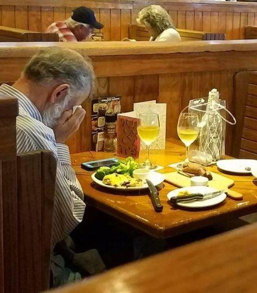 Nghẹn ngào bức ảnh người đàn ông bật khóc bên bàn tiệc Valentine, đối diện là bình tro cốt của người vợ quá cố - Ảnh 1.