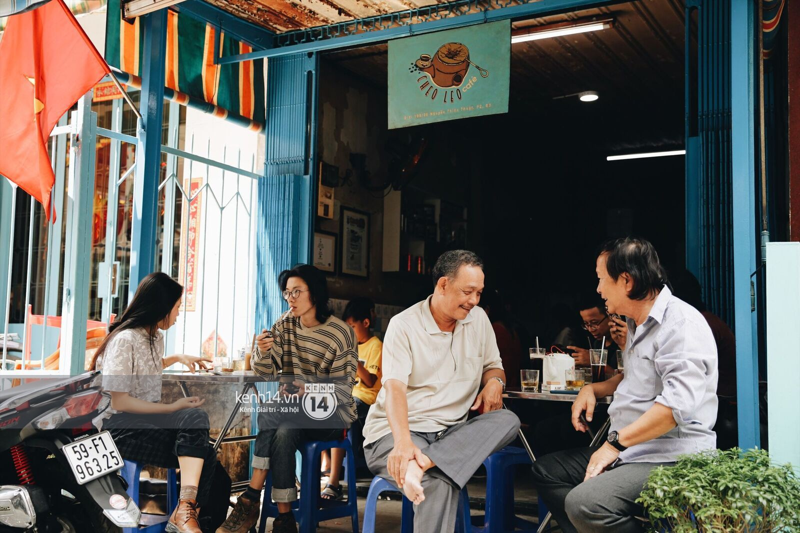 Không khí nhộn nhịp ngày đầu năm tại quán cafe vợt lâu đời nhất Sài Gòn, gần 80 năm chỉ nghỉ đúng ngày 30 Tết - Ảnh 7.