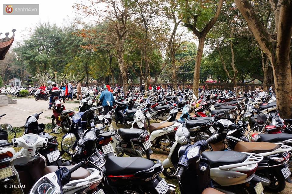 Chùm ảnh: Hàng nghìn người dân kéo về Văn Miếu - Quốc Tử Giám xếp hàng chờ xin chữ đầu năm - Ảnh 10.