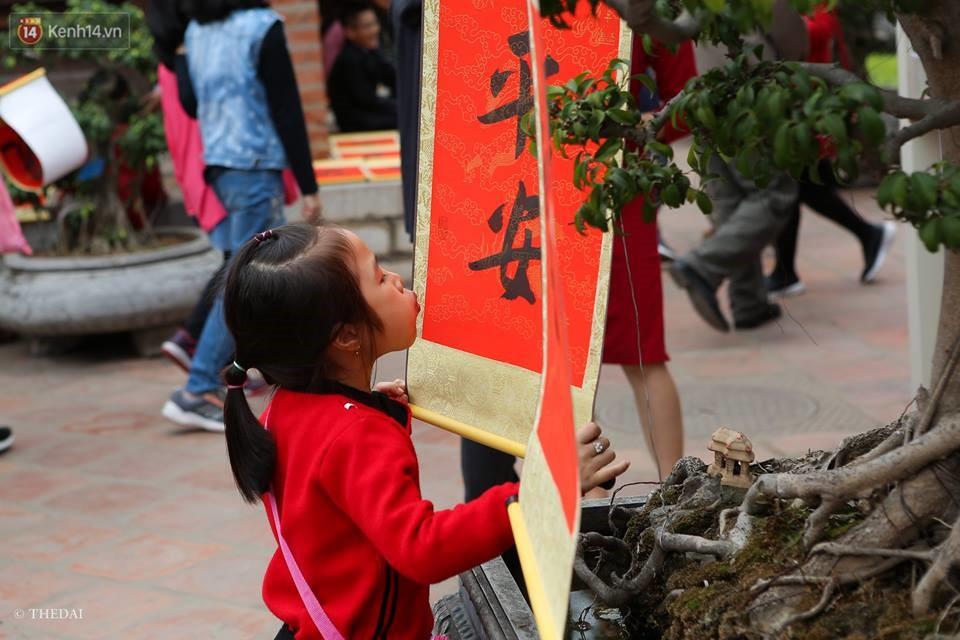 Chùm ảnh: Hàng nghìn người dân kéo về Văn Miếu - Quốc Tử Giám xếp hàng chờ xin chữ đầu năm - Ảnh 8.