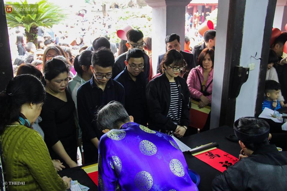 Chùm ảnh: Hàng nghìn người dân kéo về Văn Miếu - Quốc Tử Giám xếp hàng chờ xin chữ đầu năm - Ảnh 5.