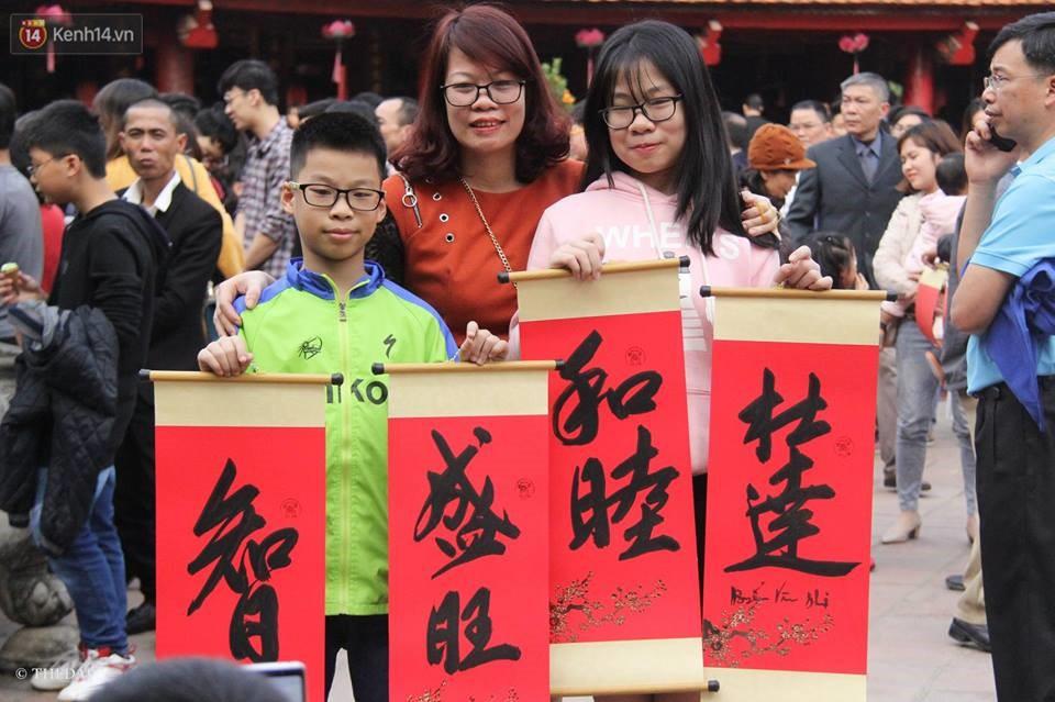 Chùm ảnh: Hàng nghìn người dân kéo về Văn Miếu - Quốc Tử Giám xếp hàng chờ xin chữ đầu năm - Ảnh 9.