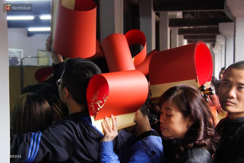 Chùm ảnh: Hàng nghìn người dân kéo về Văn Miếu - Quốc Tử Giám xếp hàng chờ xin chữ đầu năm - Ảnh 6.