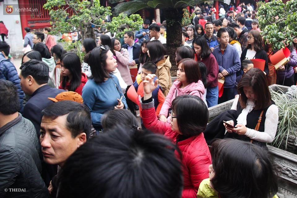 Chùm ảnh: Hàng nghìn người dân kéo về Văn Miếu - Quốc Tử Giám xếp hàng chờ xin chữ đầu năm - Ảnh 2.