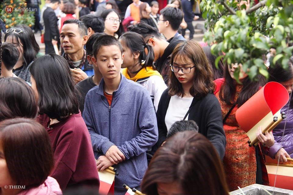 Chùm ảnh: Hàng nghìn người dân kéo về Văn Miếu - Quốc Tử Giám xếp hàng chờ xin chữ đầu năm - Ảnh 3.