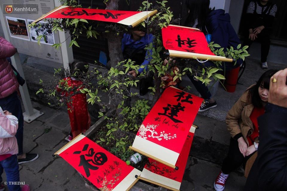 Chùm ảnh: Hàng nghìn người dân kéo về Văn Miếu - Quốc Tử Giám xếp hàng chờ xin chữ đầu năm - Ảnh 7.