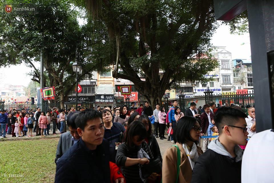 Chùm ảnh: Hàng nghìn người dân kéo về Văn Miếu - Quốc Tử Giám xếp hàng chờ xin chữ đầu năm - Ảnh 1.