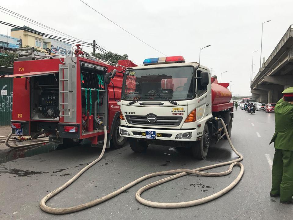 Sáng mùng 2 Tết Nguyên đán, dãy nhà ở Hà Nội bị lửa thiêu rụi - Ảnh 3.