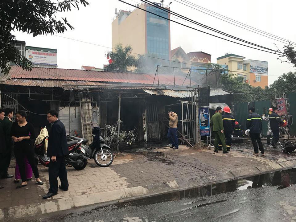 Sáng mùng 2 Tết Nguyên đán, dãy nhà ở Hà Nội bị lửa thiêu rụi - Ảnh 4.