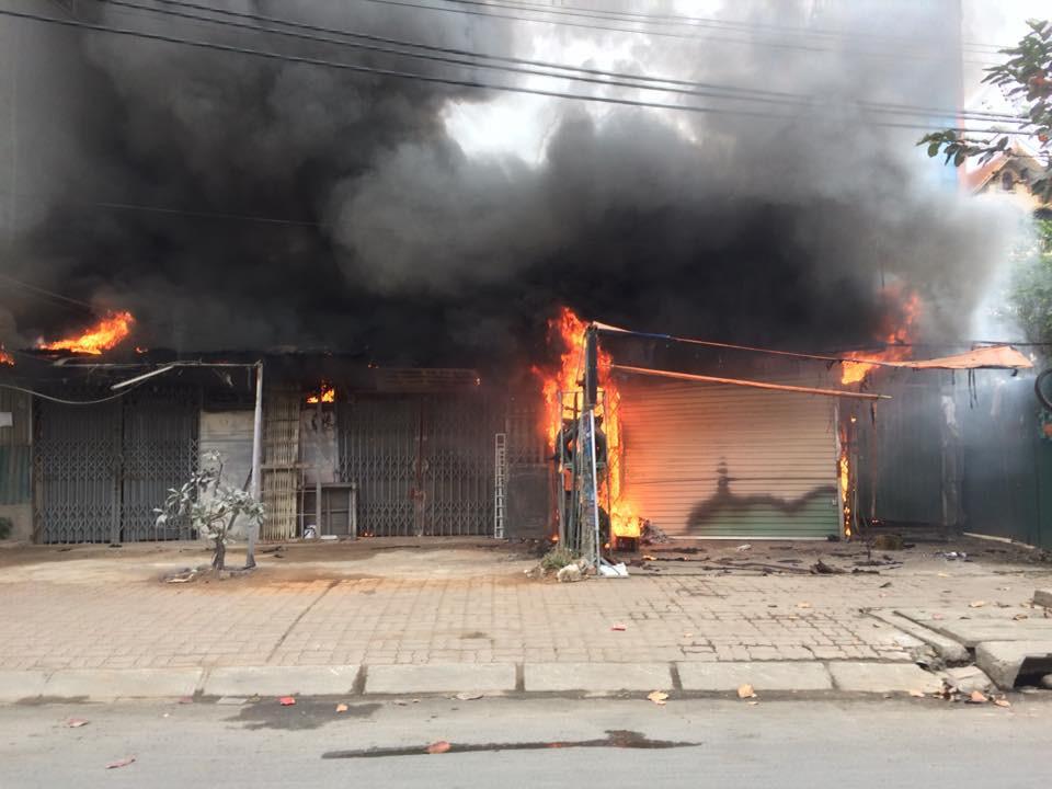 Sáng mùng 2 Tết Nguyên đán, dãy nhà ở Hà Nội bị lửa thiêu rụi - Ảnh 1.