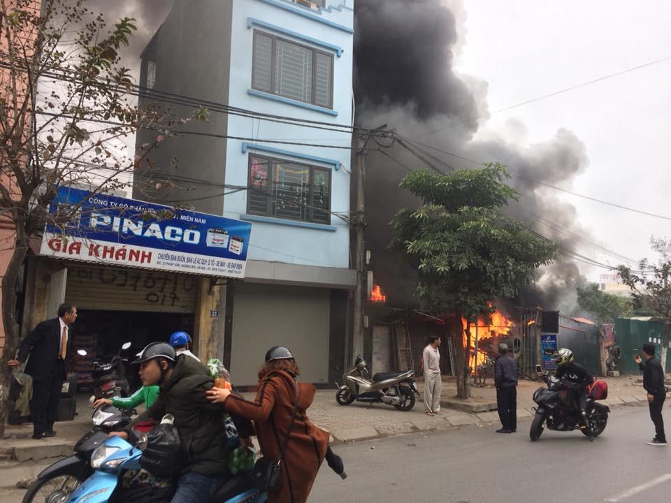 Sáng mùng 2 Tết Nguyên đán, dãy nhà ở Hà Nội bị lửa thiêu rụi - Ảnh 2.