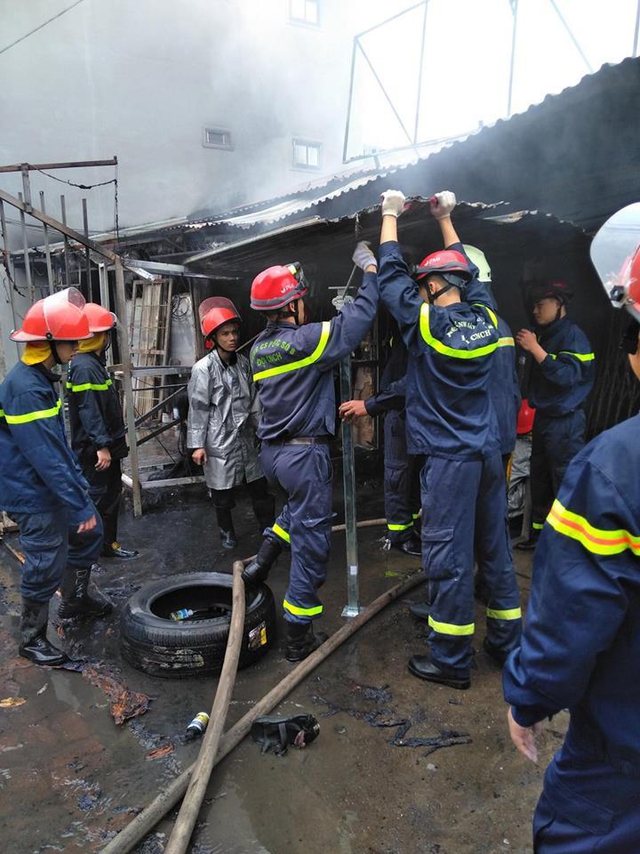 Sáng mùng 2 Tết Nguyên đán, dãy nhà ở Hà Nội bị lửa thiêu rụi - Ảnh 8.