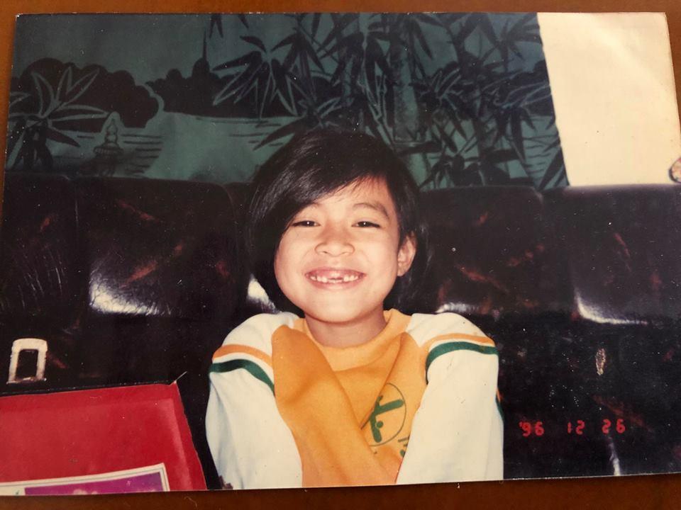 Nhìn hình ảnh cô bé tóc ngắn răng sún này, bạn có nhận ra đây là Hoàng Thùy Linh? - Ảnh 1.