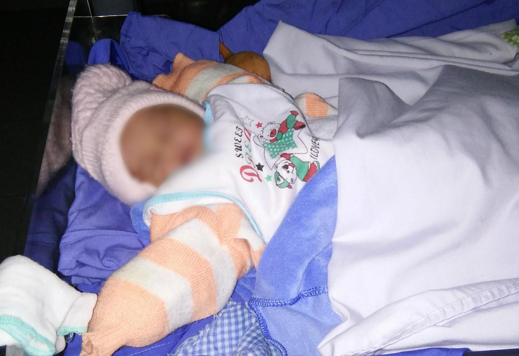Bé gái sơ sinh bị người mẹ 23 tuổi bỏ rơi tại bệnh viện ngày Tết - Ảnh 1.