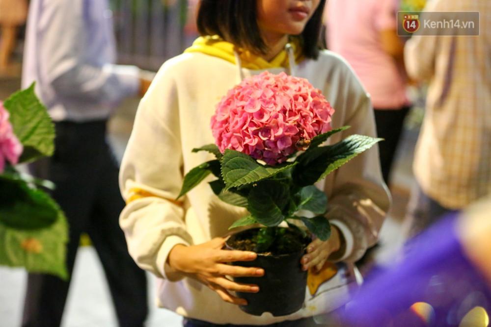 Clip: Tranh thủ mót hoa ở đường hoa Nguyễn Huệ đêm bế mạc, nhiều người dân bị bảo vệ xông ra ngăn cản - Ảnh 30.