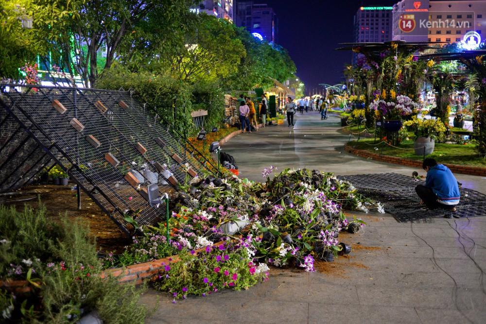 Clip: Tranh thủ mót hoa ở đường hoa Nguyễn Huệ đêm bế mạc, nhiều người dân bị bảo vệ xông ra ngăn cản - Ảnh 14.