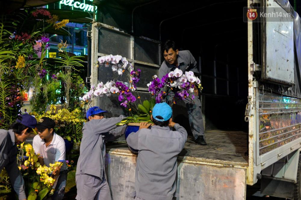 Clip: Tranh thủ mót hoa ở đường hoa Nguyễn Huệ đêm bế mạc, nhiều người dân bị bảo vệ xông ra ngăn cản - Ảnh 15.