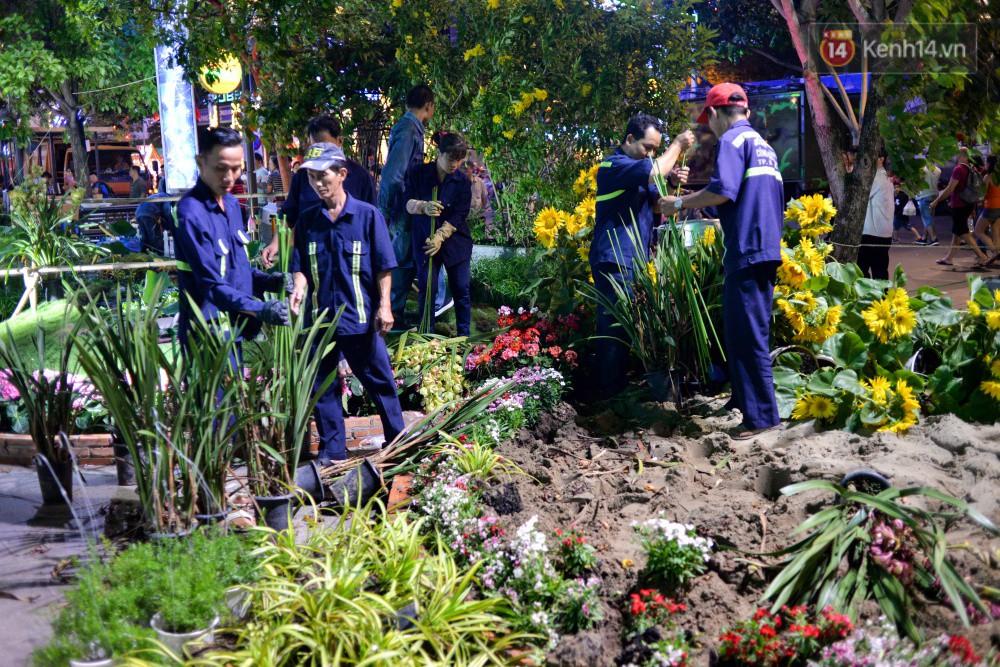Clip: Tranh thủ mót hoa ở đường hoa Nguyễn Huệ đêm bế mạc, nhiều người dân bị bảo vệ xông ra ngăn cản - Ảnh 16.