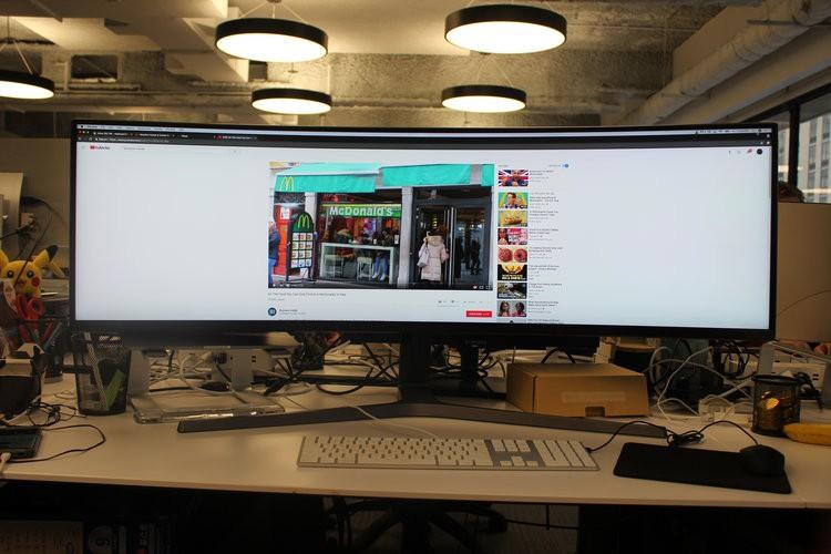 Màn hình cực dị dài bằng cả mặt bàn này sẽ hiển thị các trang web