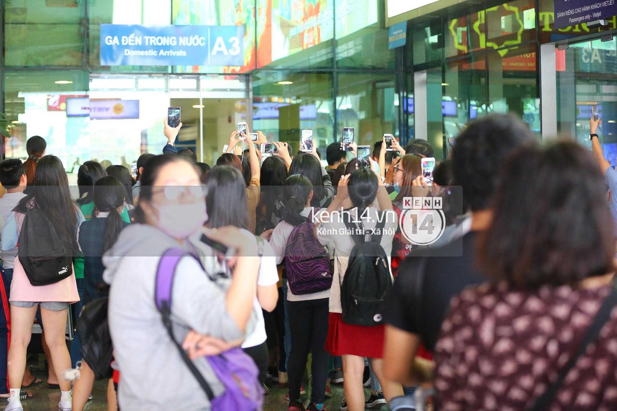 Đám đông vây quanh U23 chẳng khác nào sự kiện đón sao Hàn.