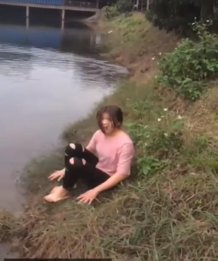 Clip: Giữa thời tiết 6 độ C, cô gái nhảy xuống hồ chỉ để lấy 50 nghìn cá cược của bạn bè khiến nhiều người bất bình - Ảnh 4.