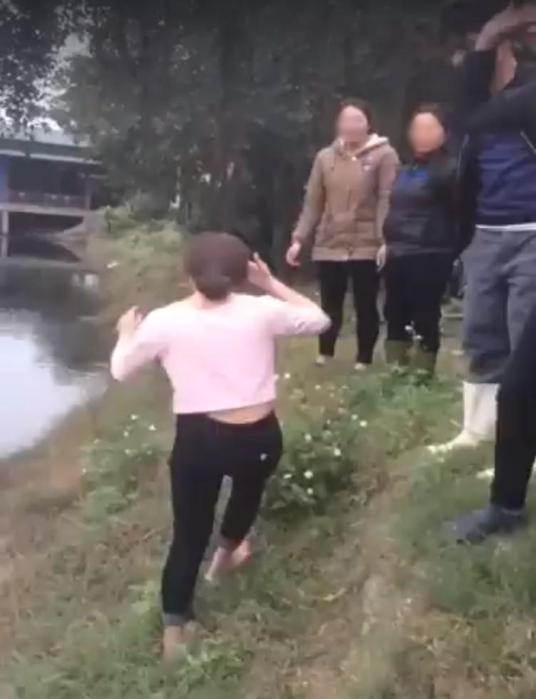 Clip: Giữa thời tiết 6 độ C, cô gái nhảy xuống hồ chỉ để lấy 50 nghìn cá cược của bạn bè khiến nhiều người bất bình - Ảnh 3.