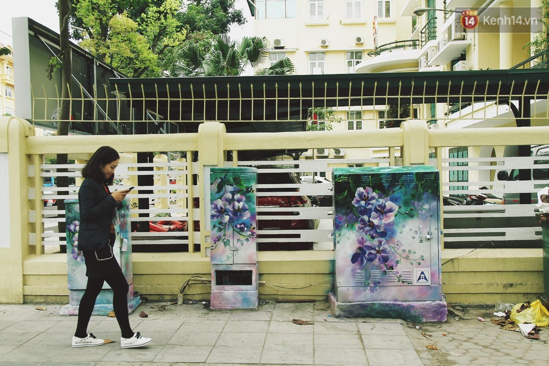 Chùm ảnh: Bốt điện nhếch nhác ở trung tâm Hà Nội xúng xính khoác áo mới chào xuân - Ảnh 2.