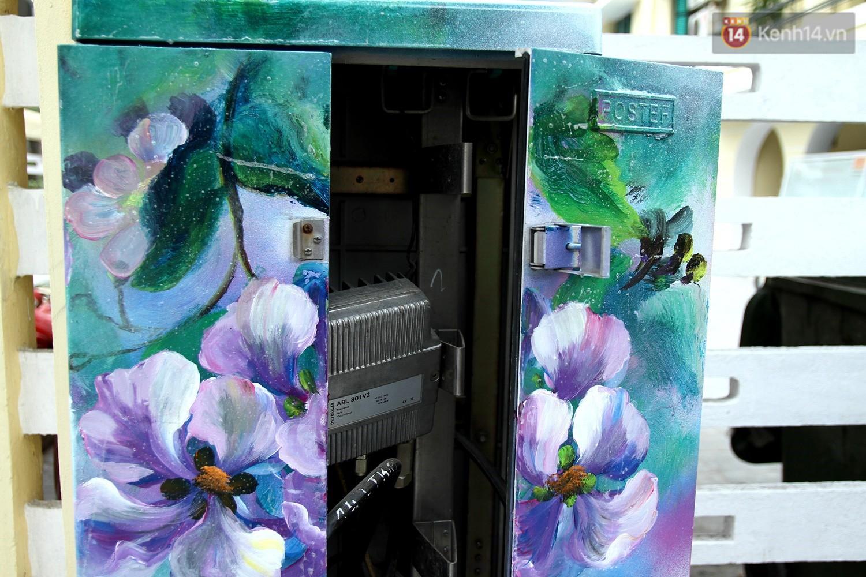 Chùm ảnh: Bốt điện nhếch nhác ở trung tâm Hà Nội xúng xính khoác áo mới chào xuân - Ảnh 4.