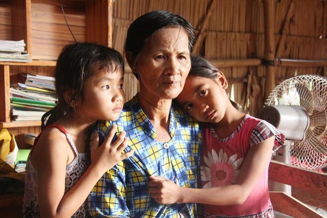 Bố mẹ bỏ rơi, 3 bé gái đi bán vé số mỗi ngày với ước mơ được tiếp tục đến trường - Ảnh 1.