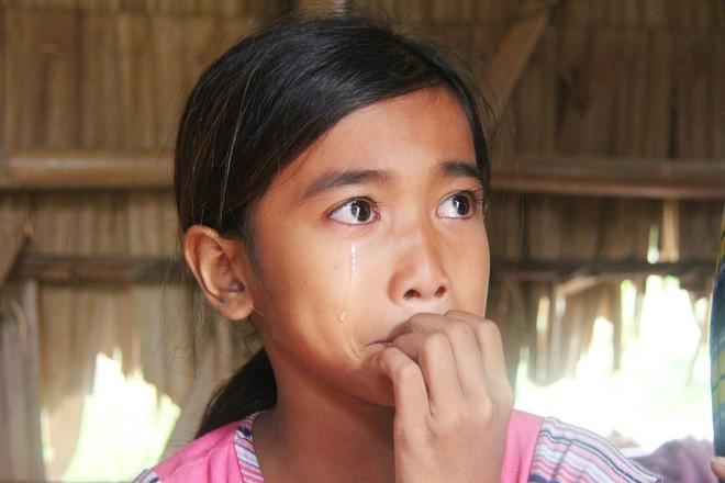 Bố mẹ bỏ rơi, 3 bé gái đi bán vé số mỗi ngày với ước mơ được tiếp tục đến trường - Ảnh 2.