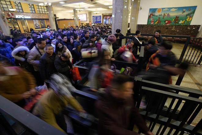 """Chùm ảnh: Từng dòng người dắt díu nhau về quê ăn Tết trong ngày đầu tiên của đợt """"xuân vận"""" ở Trung Quốc - Ảnh 2."""