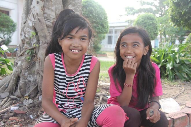 Bố mẹ bỏ rơi, 3 bé gái đi bán vé số mỗi ngày với ước mơ được tiếp tục đến trường - Ảnh 11.