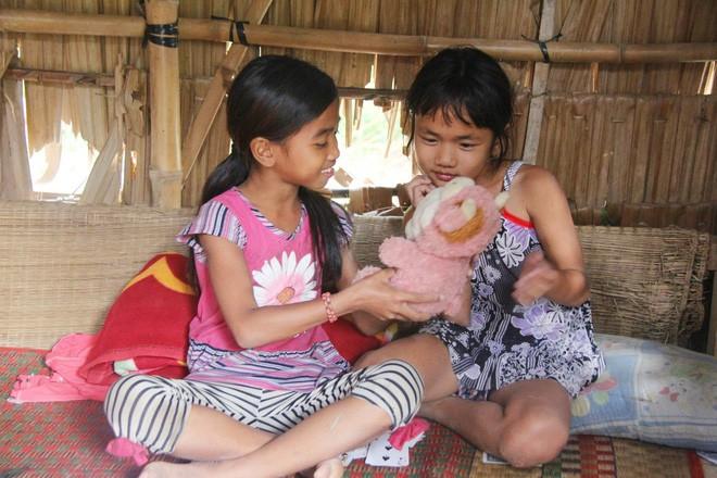 Bố mẹ bỏ rơi, 3 bé gái đi bán vé số mỗi ngày với ước mơ được tiếp tục đến trường - Ảnh 12.