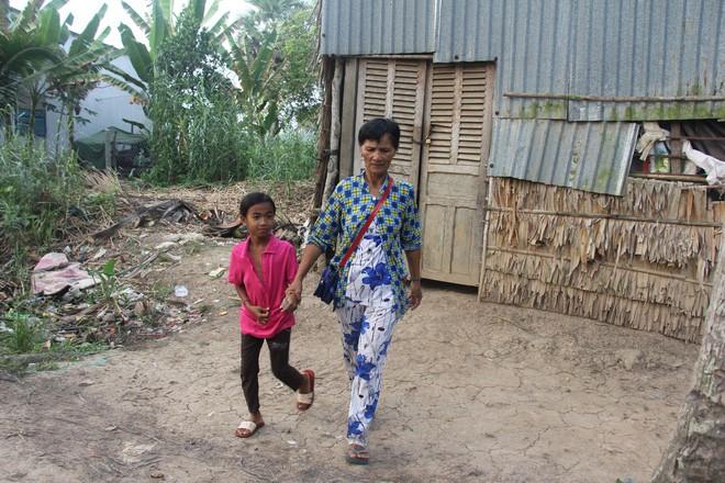 Bố mẹ bỏ rơi, 3 bé gái đi bán vé số mỗi ngày với ước mơ được tiếp tục đến trường - Ảnh 15.