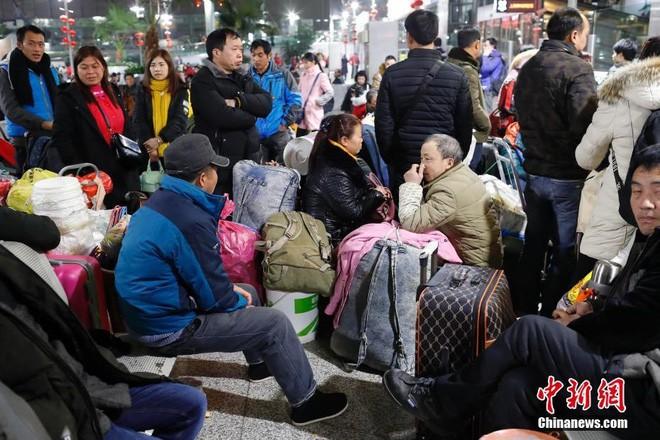 """Chùm ảnh: Từng dòng người dắt díu nhau về quê ăn Tết trong ngày đầu tiên của đợt """"xuân vận"""" ở Trung Quốc - Ảnh 15."""