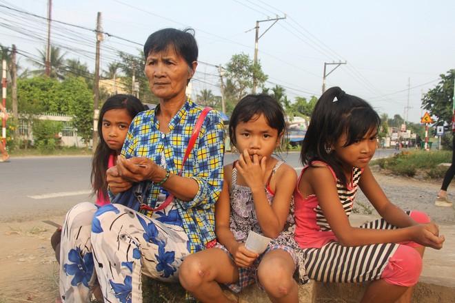 Bố mẹ bỏ rơi, 3 bé gái đi bán vé số mỗi ngày với ước mơ được tiếp tục đến trường - Ảnh 16.