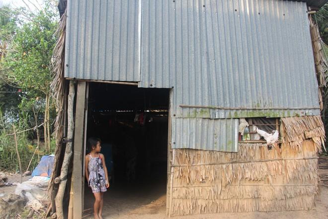 Bố mẹ bỏ rơi, 3 bé gái đi bán vé số mỗi ngày với ước mơ được tiếp tục đến trường - Ảnh 3.