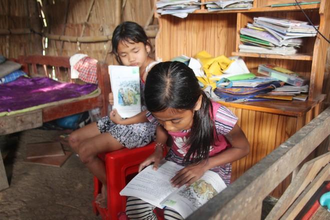 Bố mẹ bỏ rơi, 3 bé gái đi bán vé số mỗi ngày với ước mơ được tiếp tục đến trường - Ảnh 4.