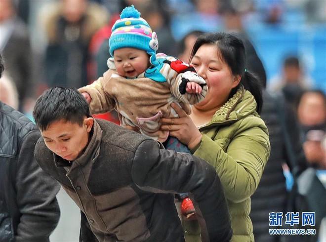"""Chùm ảnh: Từng dòng người dắt díu nhau về quê ăn Tết trong ngày đầu tiên của đợt """"xuân vận"""" ở Trung Quốc - Ảnh 6."""