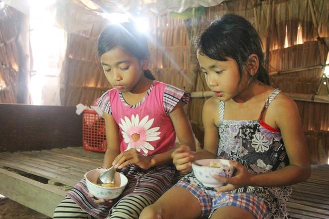 Bố mẹ bỏ rơi, 3 bé gái đi bán vé số mỗi ngày với ước mơ được tiếp tục đến trường - Ảnh 7.