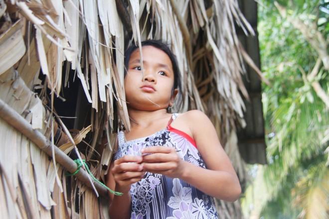 Bố mẹ bỏ rơi, 3 bé gái đi bán vé số mỗi ngày với ước mơ được tiếp tục đến trường - Ảnh 8.