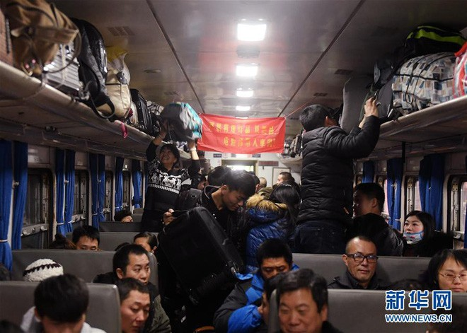 """Chùm ảnh: Từng dòng người dắt díu nhau về quê ăn Tết trong ngày đầu tiên của đợt """"xuân vận"""" ở Trung Quốc - Ảnh 9."""